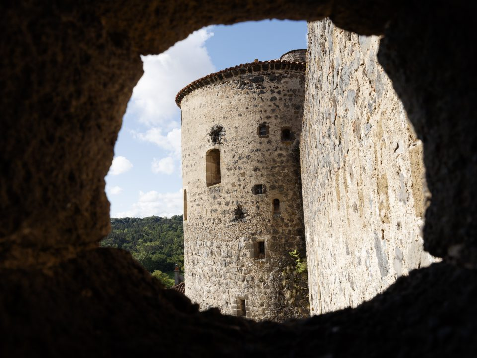 Photo à travers une canonnière de la Forteresse de Saint Vidal